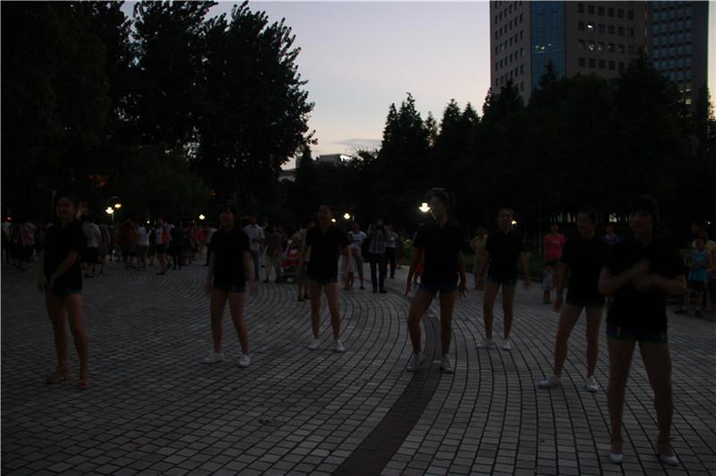万万没想到 《小苹果》美女夜袭了广场舞大妈