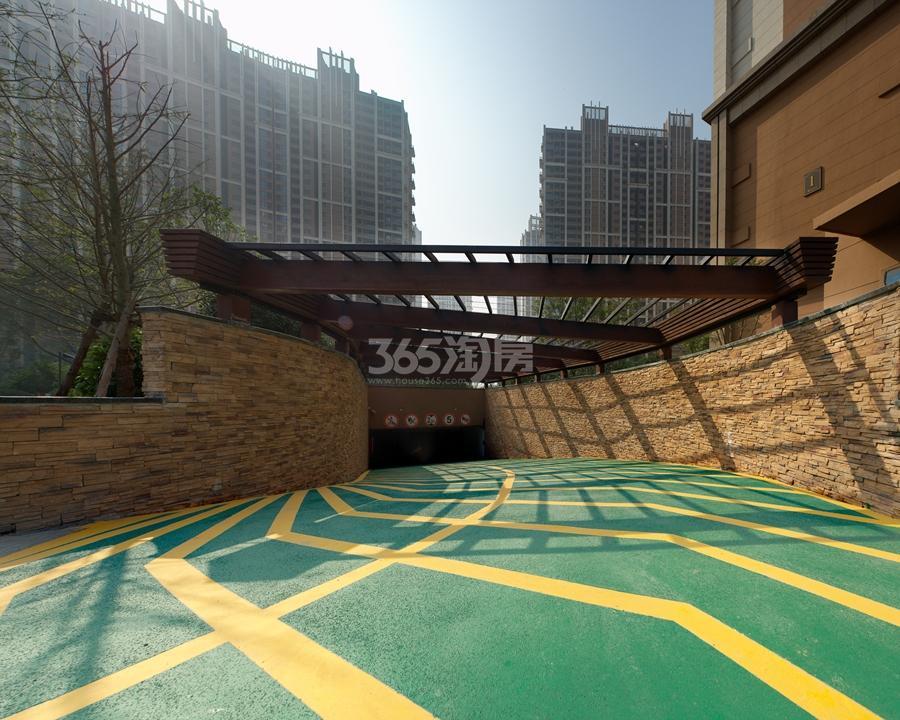 越秀星汇城地下车库出入口实景图